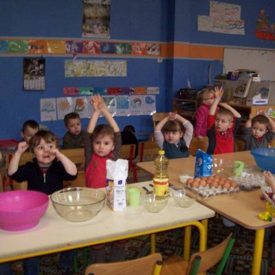 Les élèves préparent des crêpes pour le carnaval