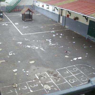 Les élèves de maternelle nettoient la cour